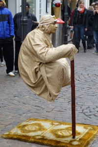 Der schwebende Mensch ist nur mit einem Stock fixiert?